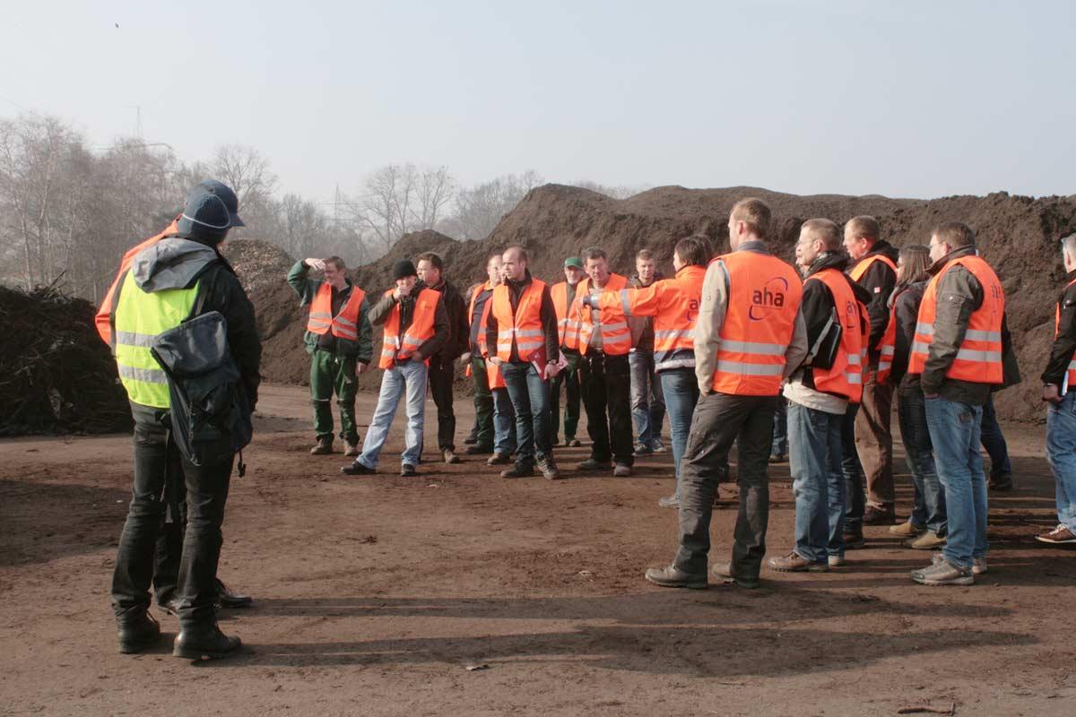 Praktiker unter sich: Ein neues Seminar erläutert die Grundlagen der Kompostierung. Foto: Humus- und Erden Kontor GmbH